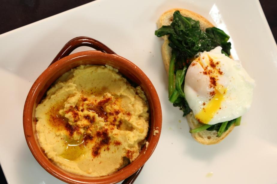 Humus con crostone di uovo incamicia