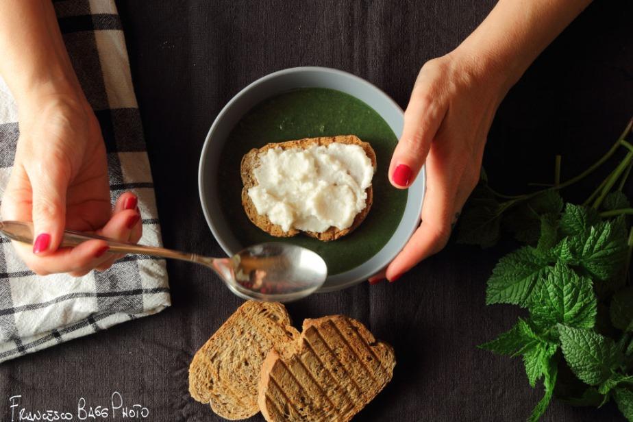 Crema di ortiche con crostone alcaprino