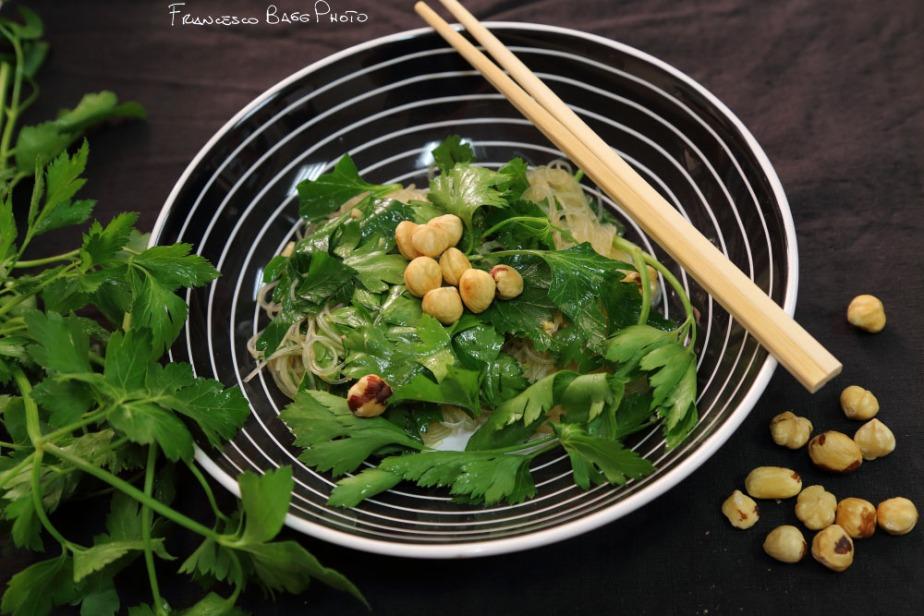 Spaghetti di soia con prezzemolo enocciole
