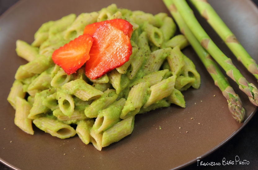 Pasta di farro con crema di piselli e asparagi e carpaccio difragole