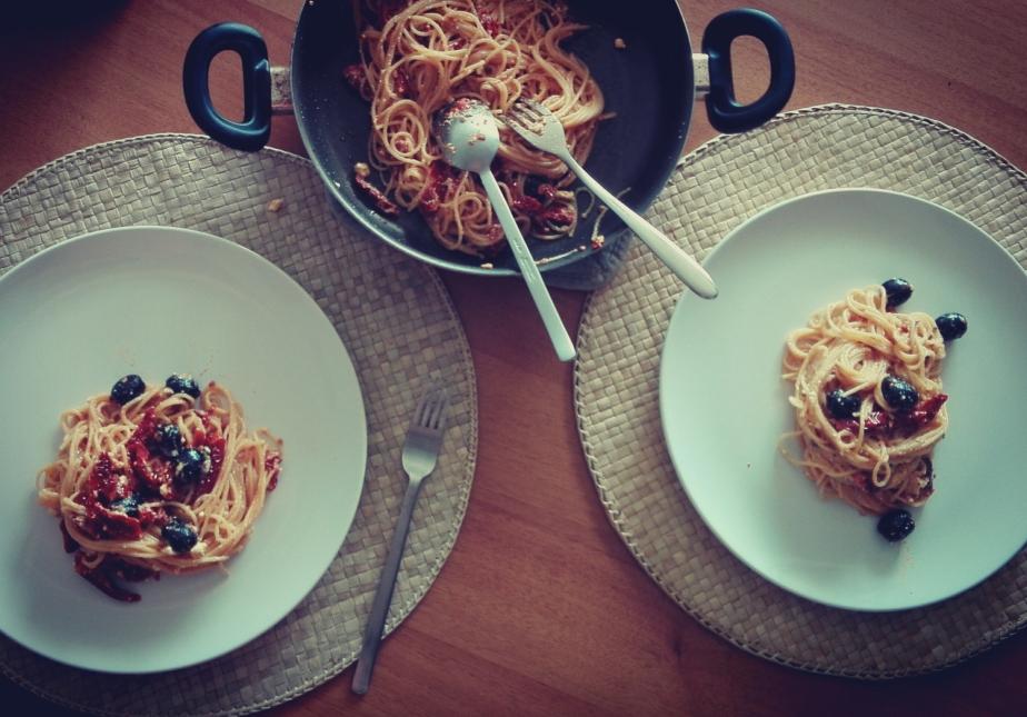 Spaghetti estivi con feta e pomodorisecchi