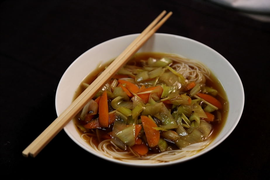 Zuppa Thai con spaghetti diriso