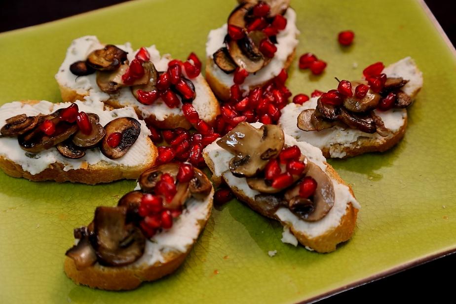 Crostini di funghi emelograno