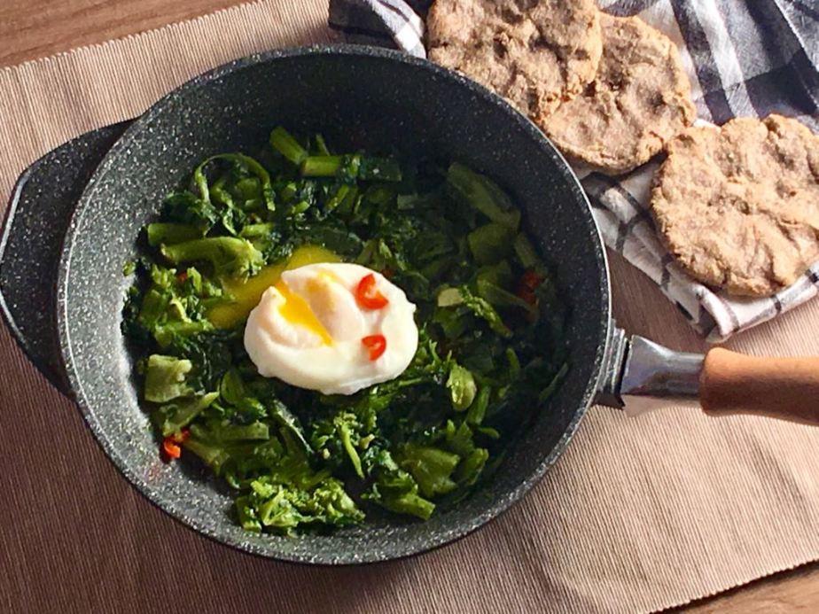 Uova in camicia con focaccine di grano saraceno e cime dirapa