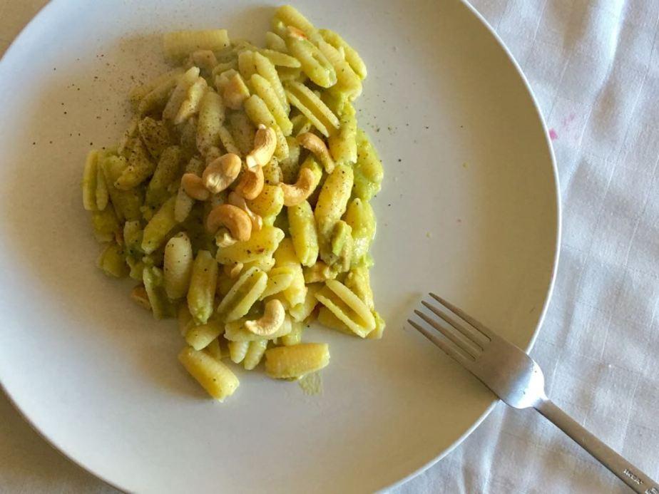 Pasta di mais con crema di avocado eanacardi